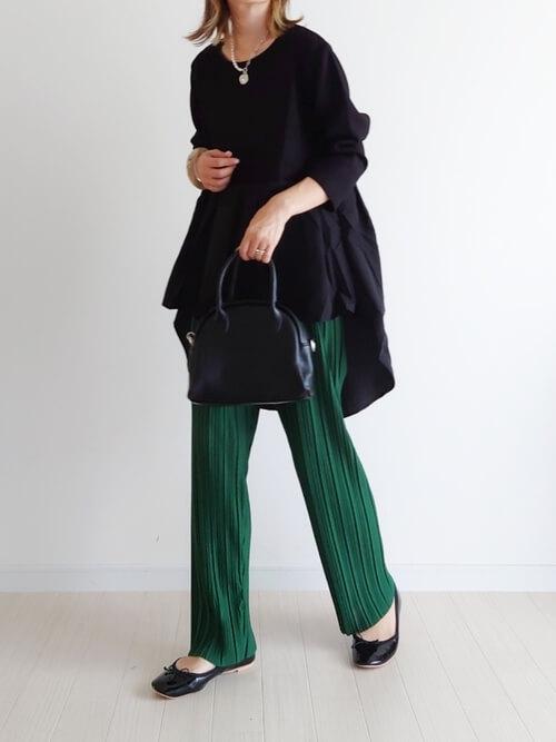 黒のトレーナー×グリーンのイージーパンツ×黒のパンプス×黒のバッグ