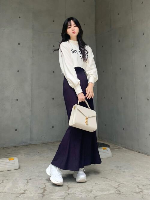 白のトレーナー×パープルのマーメイドスカート×白のスニーカー×白のバッグ