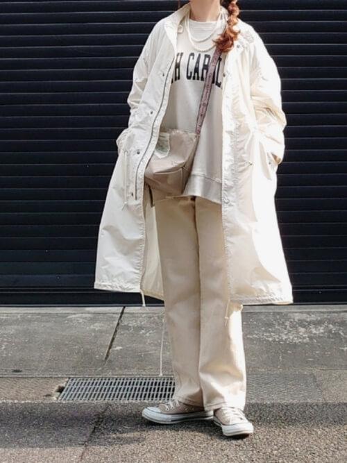 トレーナー×白のモッズコート×白のパンツ×ベージュのスニーカー×ベージュのバッグ
