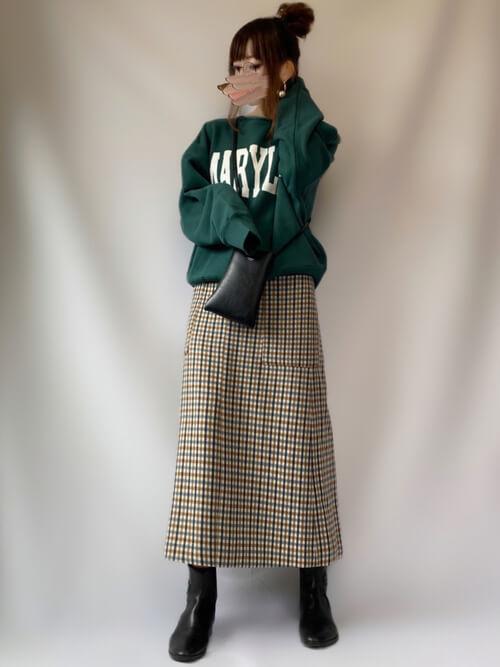 グリーンのトレーナー×チェックのスカート×黒のブーツ×黒のバッグ