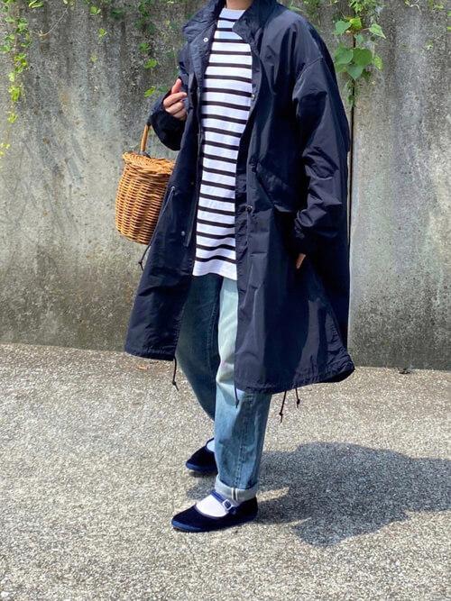 ネイビーのモッズコート×ボーダー×デニムパンツ×ネイビーの靴×かごバッグ