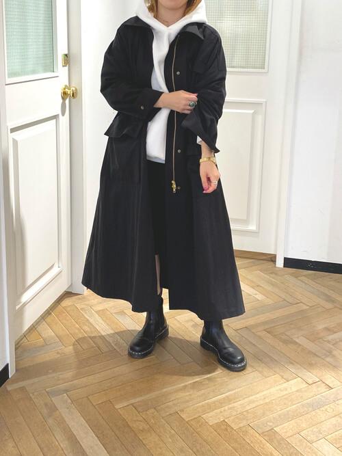 黒のモッズコート×白のパーカー×黒のハーフパンツ×黒のブーツ
