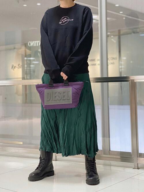 黒のトレーナー×グリーンのロングスカート×黒のブーツ×パープルのバッグ