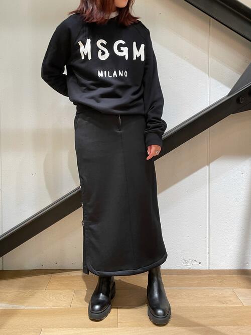 黒のトレーナー×黒のタイトスカート×黒のブーツ