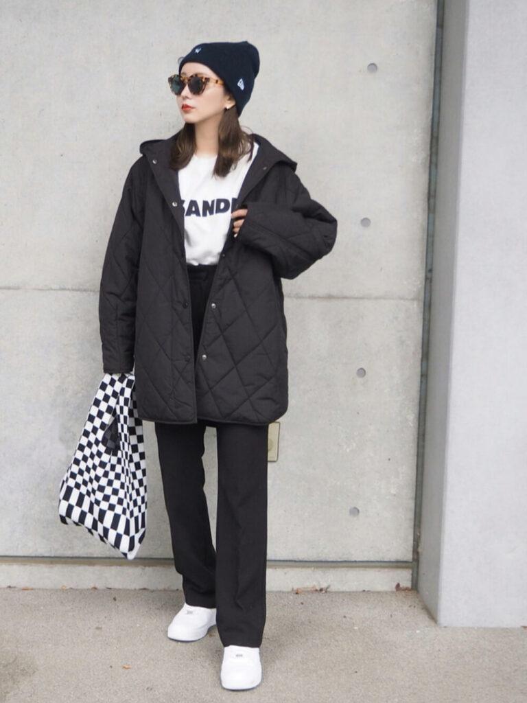白のTシャツ×黒のスラックス×スニーカー×ニット帽×ビックシルエットのダウンジャケットのレディースコーデ