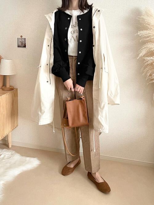 白のモッズコート×黒のカーディガン×白のロゴTシャツ×ペイズリー柄のパンツ×ブラウンのパンプス