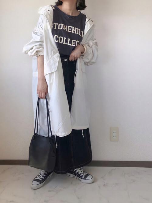白のモッズコート×グレーのロゴTシャツ×黒のデニムスカート×黒のスニーカー