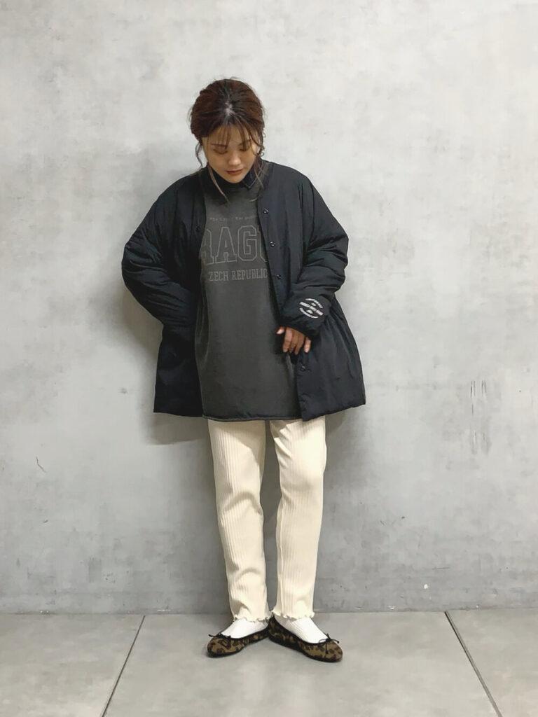 黒のスウェット×白のレギパン×白ソックス×バレエシューズ×ビックシルエットのダウンジャケットのレディースコーデ