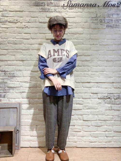 グレンチェクのパンツ×ベージュのニットベスト×ブルーのシャツ×キャメルのブーツ