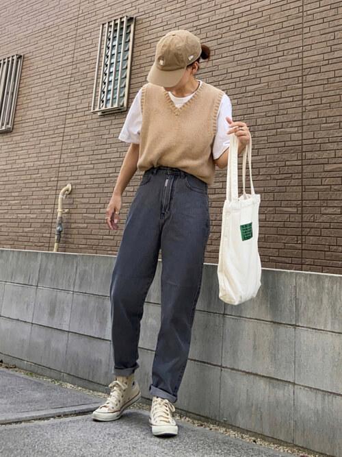 Tシャツのタックイン:白のTシャツ×ベージュのベスト×グレーのデニムパンツ×ベージュのスニーカー