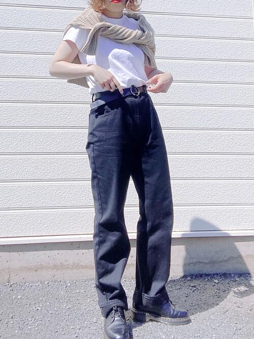 Tシャツのタックイン:白のTシャツ×ベージュのニットセーター×デニムパンツ×黒のブーツ