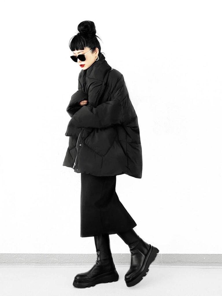 黒のタートルニット×黒のタイトスカート×ロングブーツ×黒ダウンのレディースコーデ