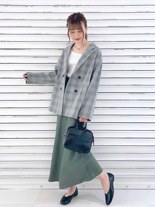 グレンチェクのアウター×白のタンクトップ×グリーンのスカート×黒のローファー