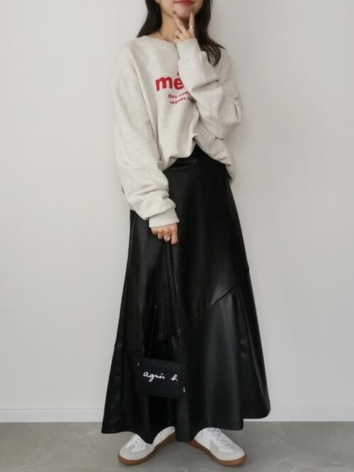 トレーナーのタックイン:白のトレーナー×黒のレザースカート×白のスニーカー