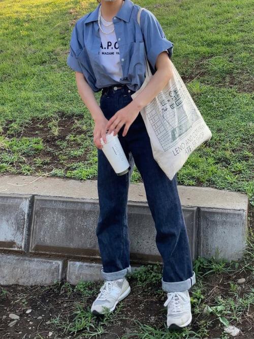 シャツ・ブラウスのタックイン:青のシャツ×白のロゴTシャツ×デニムパンツ×白のスニーカー