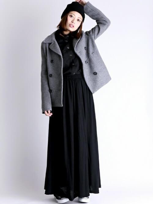 グレーのPコート×黒のシャツ×黒のロングスカート×黒のスニーカー