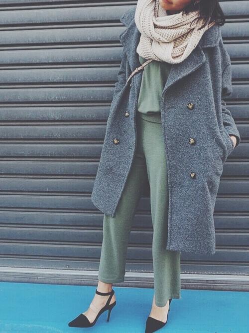 グレーのPコート×グリーンのセットアップ×黒のパンプス×ベージュのマフラー