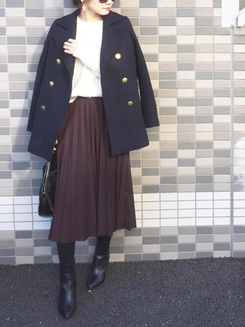 黒のPコート×白のニット×ブラウンのスカート×黒のブーツ