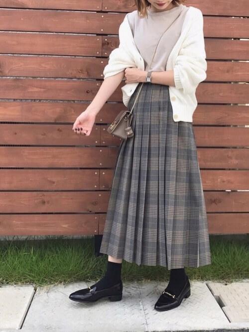 グレンチェクのスカート×白のカーディガン×ベージュのカットソー×黒のローファー