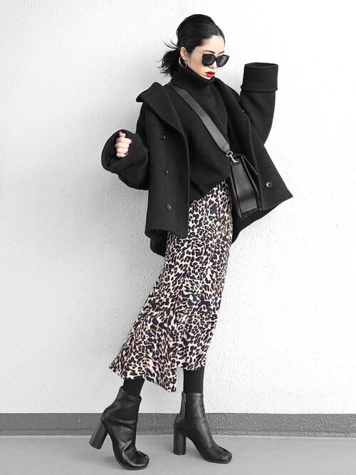 黒のPコート×黒のタートルネックニット×レオパード柄のロングスカート×黒のブーツ