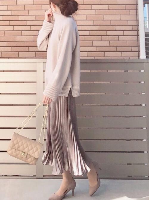 ベージュのメタリックスカート