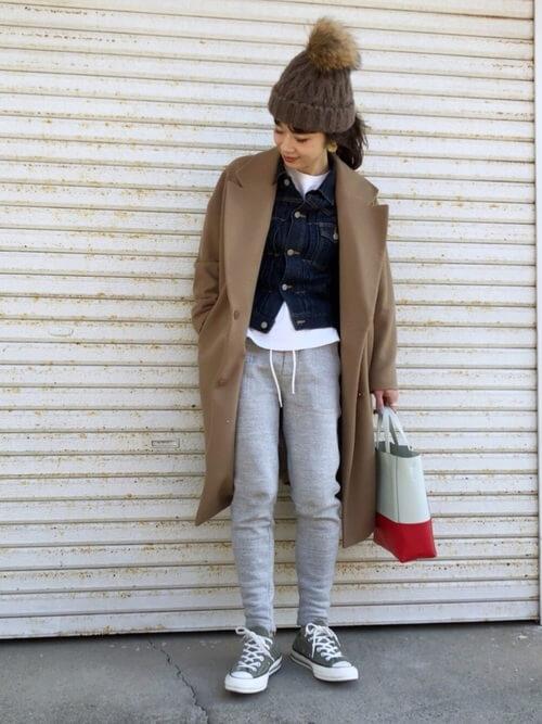 ジョガーパンツ×ブラウンのコート×デニムジャケット×ブラウンのニット帽