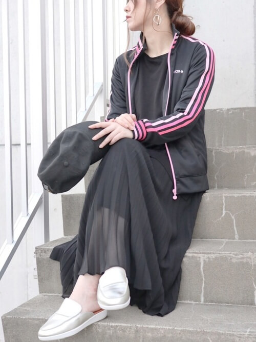 トラックジャケット×黒のTシャツ×黒のスカート×シルバーのスニーカー