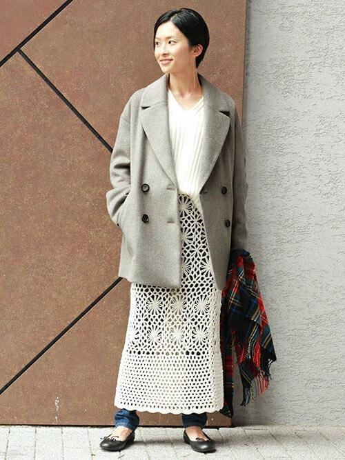 グレーのPコート×白のニット×白のクロシェスカート×デニムパンツ×黒のパンプス