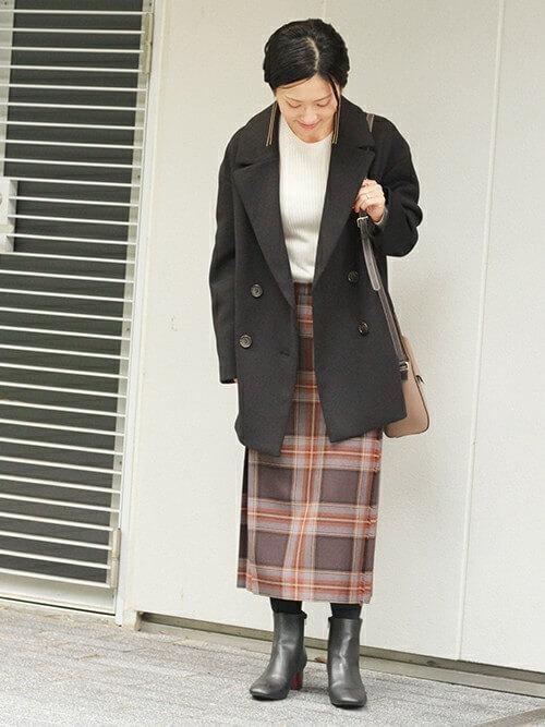 黒のPコート×白のニット×チェックスカート×黒のブーツ