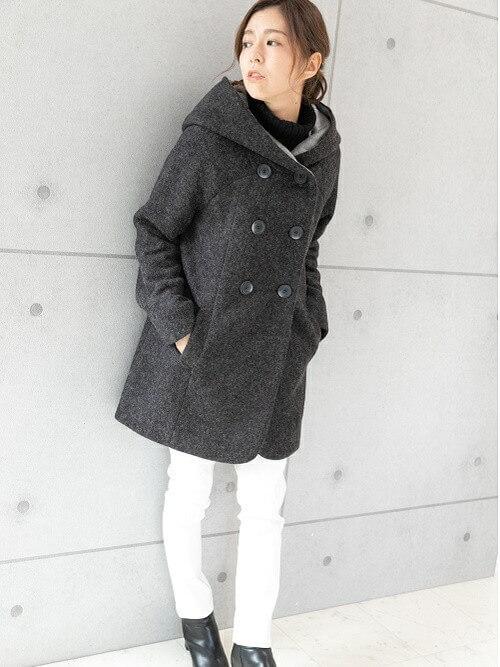 グレーのPコート×黒のニット×白のパンツ×黒のブーツ