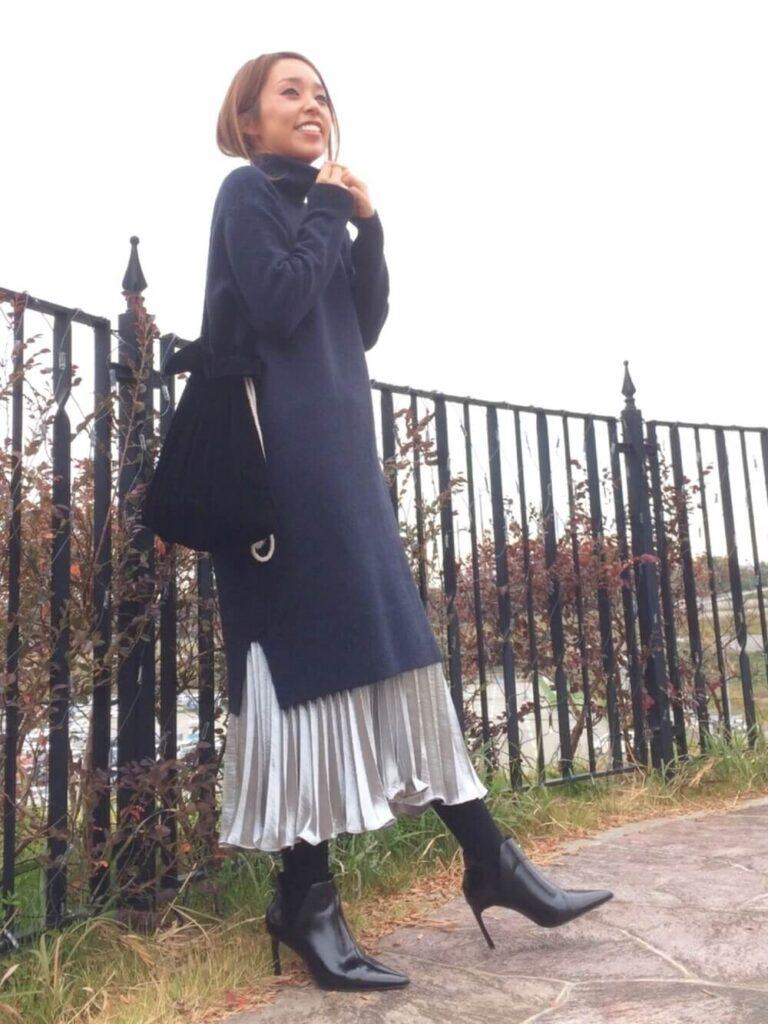 タートルニットワンピ×黒のショートブーツ×メタリックスカートのコーデ