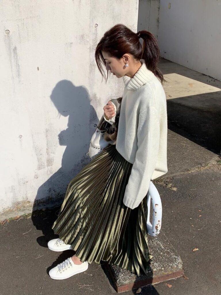 白のタートルニット×スニーカー×メタリックスカートのコーデ