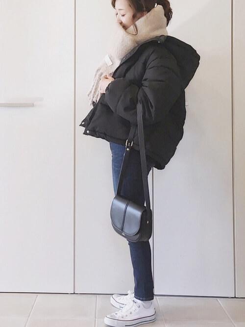 ベージュのマフラー×黒のダウンジャケット×スキニーデニムパンツ×白のスニーカー