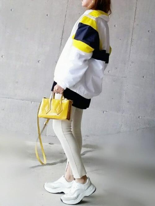 トラックジャケット×ベージュのパンツ×白のスニーカー×イエローのバッグ