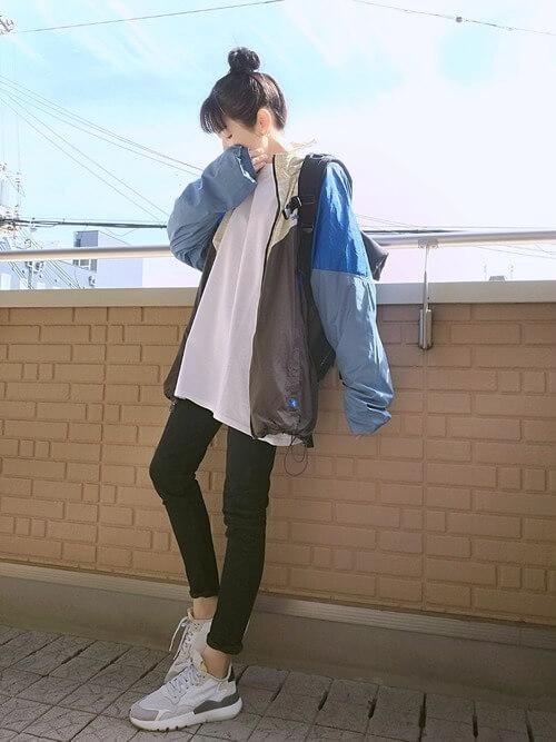 トラックジャケット×白のTシャツ×黒のスキニーパンツ×白のスニーカー