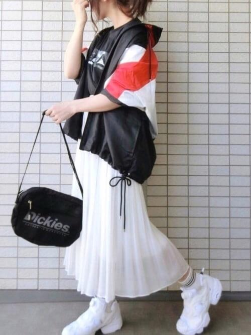 トラックジャケット×黒のTシャツ×白のスカート×白のスニーカー