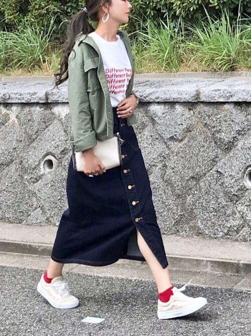 フロントボタンスカート×グリーンのミリタリーシャツ×白のロゴTシャツ×ベージュのスニーカー