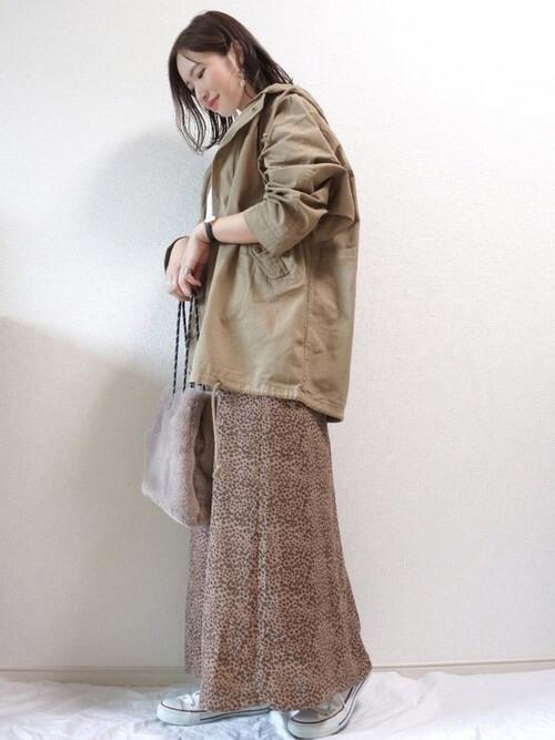 ベージュのモッズコート×白のTシャツ×花柄のスカート×白のスニーカー×ファーバッグ