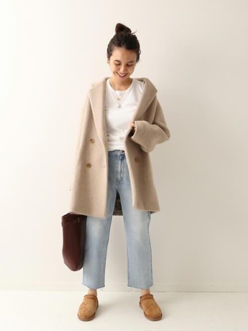 ベージュのPコート×白のTシャツ×デニムパンツ