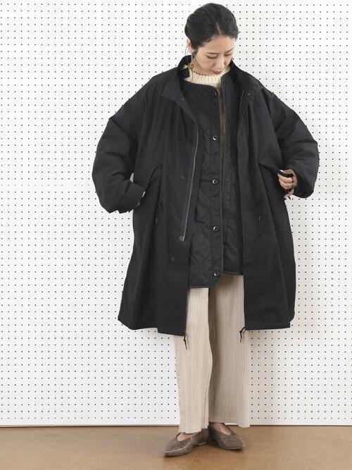 黒のモッズコート×黒のノーカラージャケット×ベージュのニット×ベージュのパンツ×ブラウンのパンプス