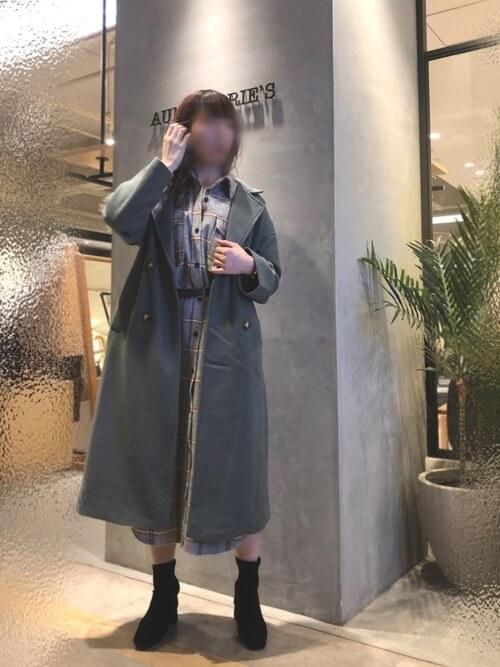 グレーのPコート×チェックのシャツワンピース×黒のブーツ