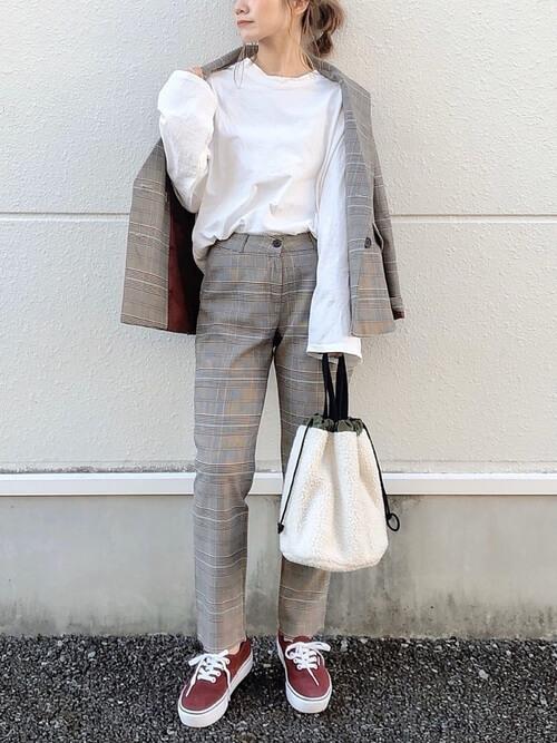 グレンチェクのセットアップ×白のロンT×ブラウンのスニーカー×白のファーバッグ