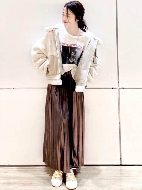 ブラウンのメタリックスカート