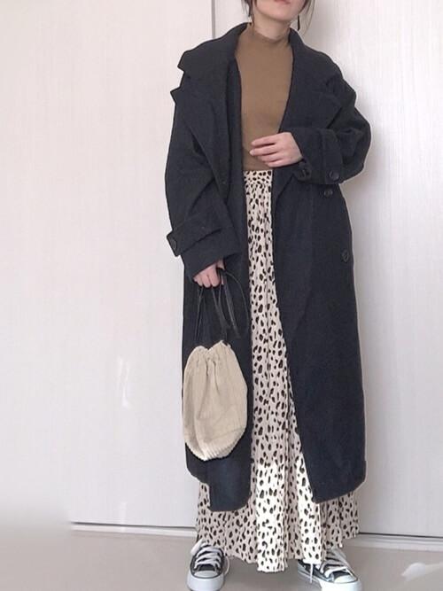 黒のPコート×ブラウンのニット×ベージュのスカート×黒のスカート