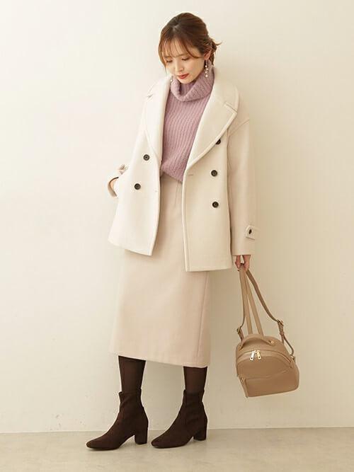 ベージュのPコート×ピンクのタートルネックニット×ベージュのスカート×ブラウンのブーツ