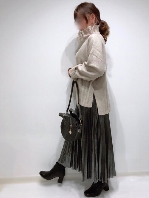 シルバーのメタリックスカート