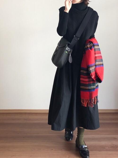 赤のマフラー×黒のベスト×黒のニット×黒のスカート×黒のローファー