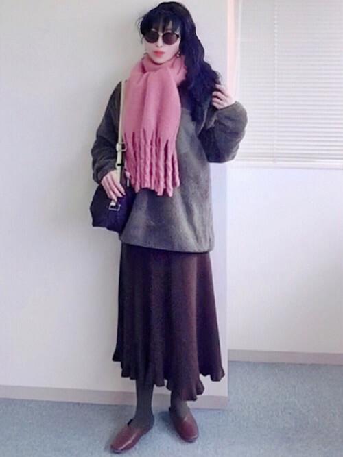 ピンクのマフラー×グレーのニット×ブラウンのスカート×ブラウンのパンプス