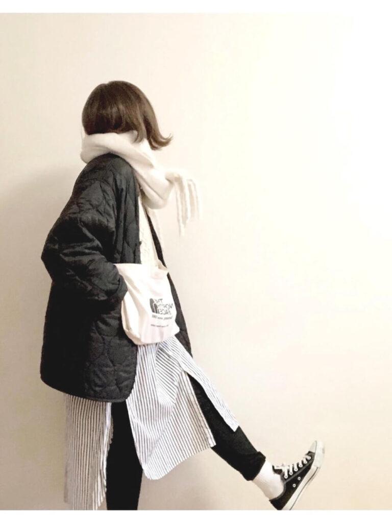 キルティングジャケット×ストライプ柄シャツワンピ×白ニット×黒スキニー×白マフラー・ストールのコーデ