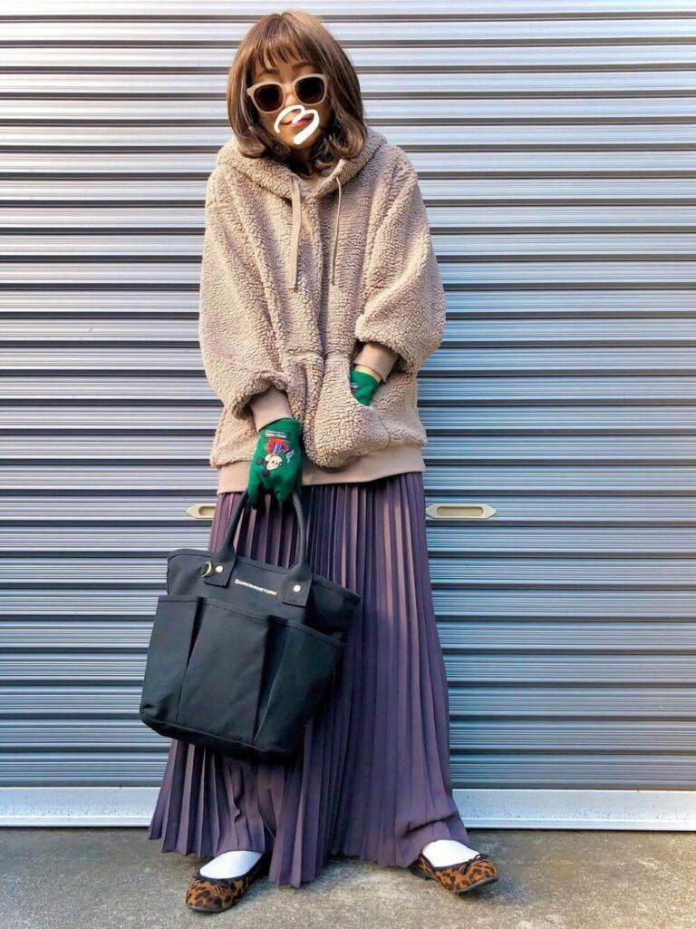 紫のプリーツスカート×白ソックス×バレエシューズ×ボアパーカーのレディースコーデ